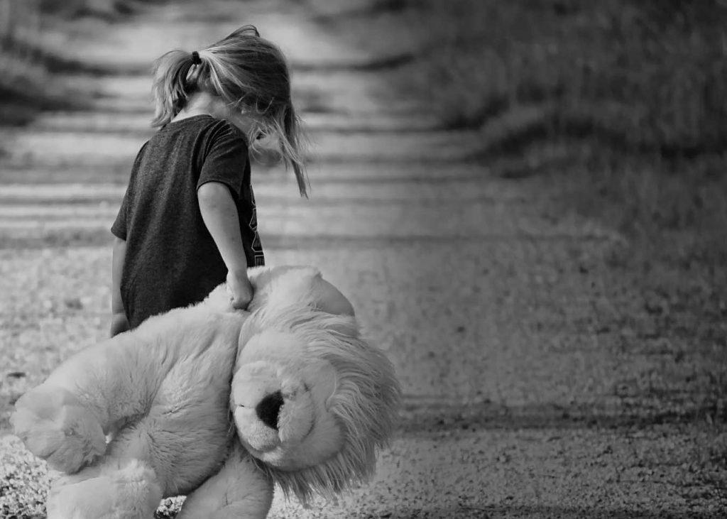 Девочка обижена и игрушка