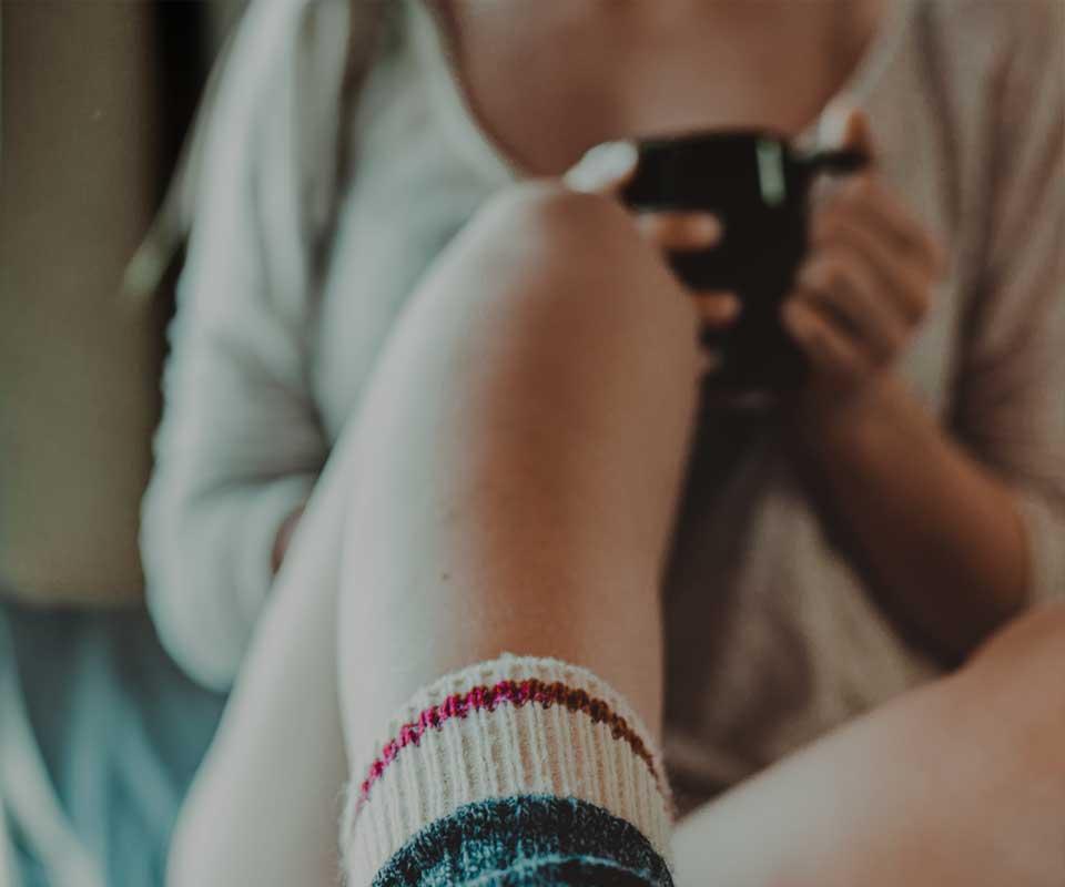 Как избавиться от стресса и депрессии девушка с кофе